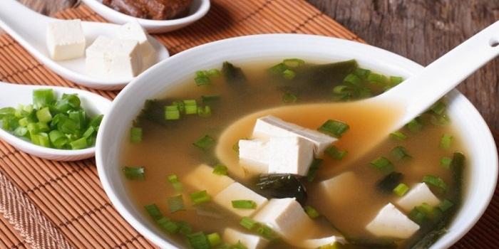 11 benefícios de saúde surpreendentes de comer a sopa de Miso